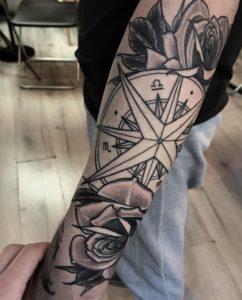 Tatuaggio rosa dei venti Milano
